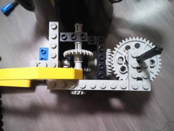 100%, 大きい歯車と軸。またアーム部分の全体像