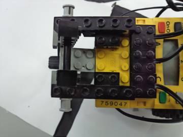 100%, ロボット背面に押し上げるように付いているタッチセンサー